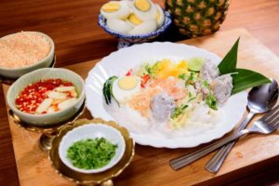 傳統椰汁蝦肉菠蘿檬粉($108) Rice Noodles with Pineapple, Ginger, Coconut Milk and Fish Balls (Ayutaya Khanom Chin Sour Nam)